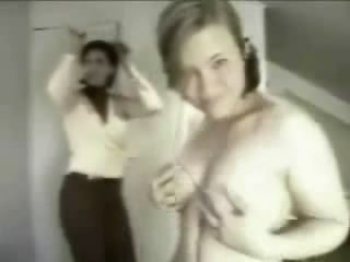 102-maman-surprend-fille-strip-tease-seins-webcam