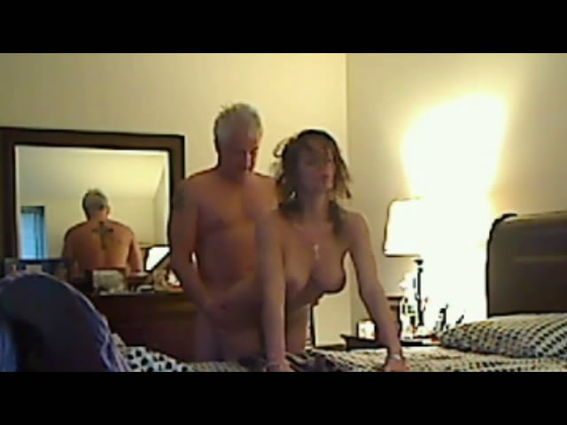 Un couple amateur baise devant la webcam