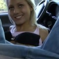 blonde-pipe-chatte-rasee-voiture